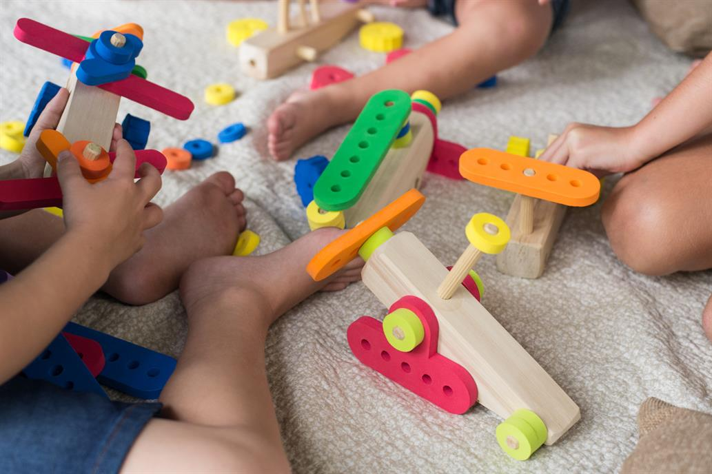 Dentro de los juguetes inclusivos hay juegos con texturas, con braille, pictogramas, y otros con los que se trabajan las emociones.